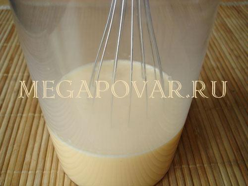 Слоеный омлет с луком и сыром. Шаг 1. Яйца взбить миксером, затем ввести молоко и еще раз взбить.