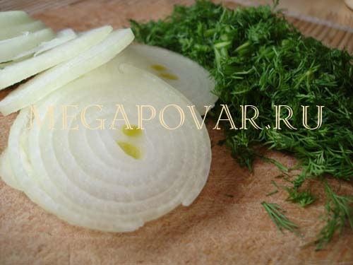 Слоеный омлет с луком и сыром. Шаг 2. Лук почистить, помыть и порезать кольцами.