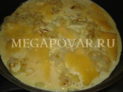 Слоеный омлет с луком и сыром. Шаг 3. Жарим омлет