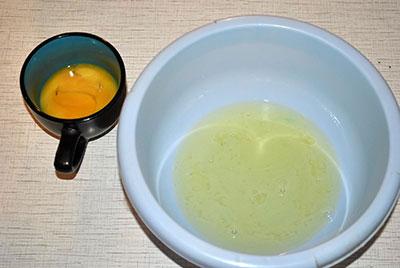 Шарлотка с вишней. Шаг 2. Яичные желтки отделяем от белков.